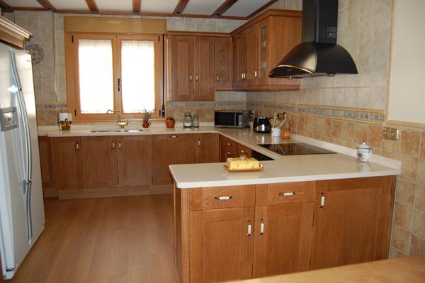 Muebles de cocina color roble blanco ideas for Cocinas de madera de roble