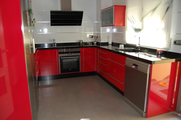 Rojo ferrari - Cocinas rojas y blancas ...