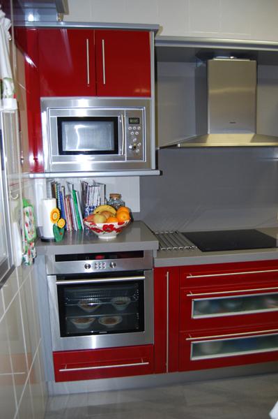 Cocinas modernas blancas con encimera roja cocinas - Cocinas rojas y blancas ...