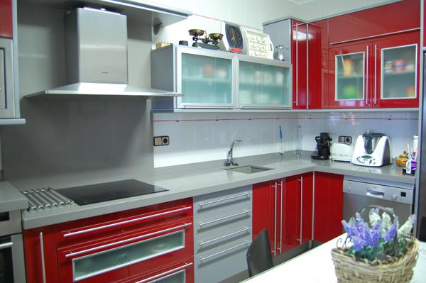 Rojo ferrari y gris metal - Cocinas rojas y blancas ...