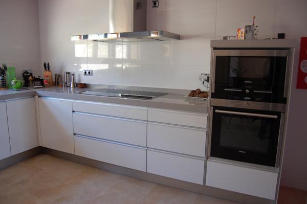 Pics for cocinas modernas blancas y grises for Cocina blanca encimera roja